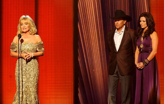 Barbara Mandrell at the 2009 CMA Awards with George Strait and Martina McBride