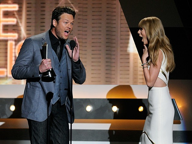 Blake Shelton accepts Male Vocalist of the Year from Taylor Swift at 2012 ACMs