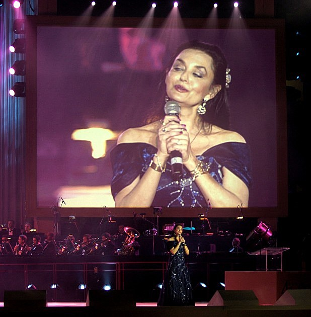 Crystal Gayle Sings For Former US President George H.W. Bush's 80th Birthday 2013