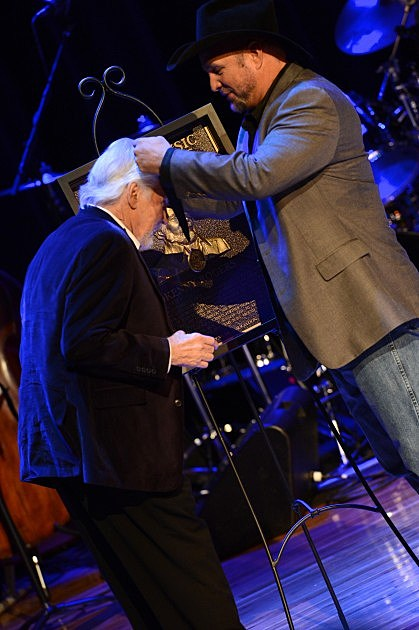 Kenny Rogers and Garth Brooks - 2013 Country Music Hall Of Fame Medallion Ceremony